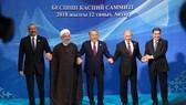 8月12日,在哈薩克斯坦阿克套,哈薩克斯坦總統納扎爾巴耶夫(中)、俄羅斯總統普京(右二)、阿塞拜疆總統阿利耶夫(左一)、土庫曼斯坦總統別爾德穆哈梅多夫(右一)、伊朗總統魯哈尼在舉行會晤前集體會見記者並合影。(圖源:新華網)