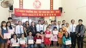 各代表、理監事與領取獎學金子弟合照。