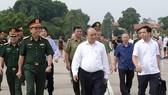政府總理阮春福親往視察胡志明主席陵定期維修工作。(圖源:VGP)