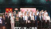 政府常務副總理張和平、原總書記黎可漂、原國家主席張晉創同各中央部委領導與當地廣大民眾出席儀式並合影留念。