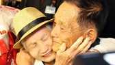 韓方92歲高齡的老母親(左)與在朝兒子相認後緊緊擁抱在一起。