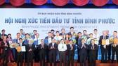 政府總理阮春福(前排左四)向各投資商頒發投資執照。(圖源:光孝)