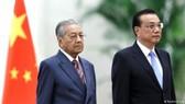 馬來西亞總理馬哈蒂爾與中國總理李克強。(圖源:路透社)