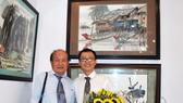 優秀藝人張路書畫家(左)與畫壇新秀馬鴻山在《金甌五根》畫作 前合照。