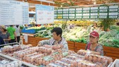 消費者在Co.opmart連鎖超市購買無公害食品。
