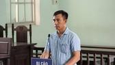 涉嫌恫嚇殺人罪的被告人阮文平站在被告席上答法官問案。(圖源:VOV)