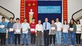 越南台商教育基金會董事長蘇建源(右六)與本報編委兼編輯部主任范興(左六)向大學生頒發獎學金。