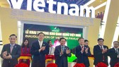 王廷惠副總理與廣西領導為越南館主持開幕剪綵。