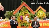 市委常務副書記畢成剛(左)向大會送鮮花表示祝賀。(圖源:長煌)