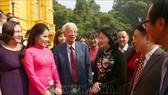 國家副主席鄧氏玉盛同代表們交談。(圖源:越通社)