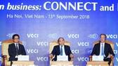 政府總理阮春福(中)主持2018年越南商務峰會會議。(圖源:越通社)