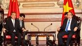 市委書記阮善仁(右)接見中國外長王毅。(圖源:越通社)