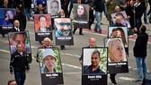 9月1日,德國開姆尼茨,當地民眾在右翼政黨選擇黨的組織下舉行反移民遊行,手持印有遭難民傷害的受害者肖像。(圖源:互聯網)