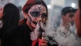 英國吸煙與健康行動組織一項最新調查結果顯示,英國電子煙使用人數迅速增加,接近傳統煙民數量的一半。(圖源:互聯網)