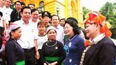 國家副主席鄧氏玉盛(右二)與老街省模範代表團交談。(圖源:阮民)