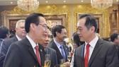 市人委會常務副主席黎清廉(左)向中國 駐本市總領事吳駿祝賀中國國慶。