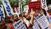"""抗議者在新德里北部哈里亞納邦的Rewari市抗議強姦一名十九歲的女孩時高呼口號。 這些標語上寫著""""莫迪先生,女孩只有活下來才能學習""""、""""一個不尊重女性的國家不會成長""""。(圖源:路透社)"""
