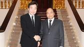 政府總理阮春福(右)接見韓國總理李洛淵。(圖源:光孝)