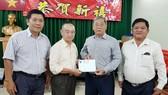 崇正會館理事會將贊助的款項總額1000萬元轉交給本報編委兼編輯部主任范興。