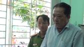 陳友壽在聽法警宣讀拘捕令。