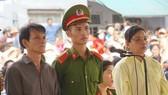 出庭受審的2名被告人阮雄勇(左一)和黎氏芳鶯(右一)。(圖源:VOV)