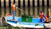 工人在打撈、疏浚氏藝-饒祿涌。(圖源:碧玉)