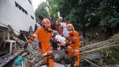 搜救人員從一家餐館廢墟中救出一名生還者。(圖源:AFP)