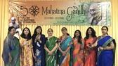印度婦女在聚會上高歌助興。