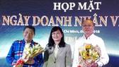 第十一郡經濟科領導送花祝賀與感謝越香集團董事長杭慰瑤(左一)和亞洲餅家總經理高肇力(右一)。