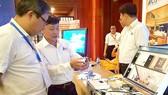 越南企業在研討會上向與會者介紹微機電技術的研發應用成果。