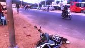 留在現場的肇事摩托車。(圖源:越慶)