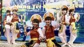 蓮花歌舞團今春在會安表演舞蹈。
