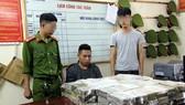 被逮捕的嫌犯江亞怡(中)與海洛因物證。(圖源:段新)