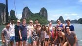 旅遊總局:重遊越南的國際遊客比例達到四成上。圖為國際遊客參觀下龍灣景區並在此拍照留念。(圖源:互聯網)