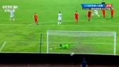 塔吉克斯坦球手射進龍門一瞬間鏡頭。(圖源:CCTV視頻截圖)