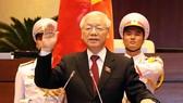 國家主席阮富仲向國會宣誓就職。(圖源:VNE)
