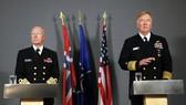 10月25日,在挪威首都奧斯陸,挪威國防司令、海軍上將哈康·布倫-漢森(左)和美國海軍上將詹姆斯·福戈介紹軍演情況。(圖源:新華網)