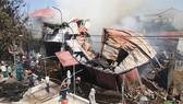 消防隊須拖拉數百米長的水管才能接近火勢現場噴水滅火。(圖源:友英)