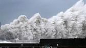"""當地時間9月4日,25年來威力最強的颱風""""飛燕""""登陸日本西部,帶來強風和強降雨,至少造成7人喪生,逾百人受傷,逾百萬戶停電,關西國際機場更因淹水關閉,數百航班取消。(圖源:Getty Images)"""
