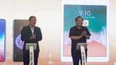 市工商廳長范成堅(左)在iSCT與SaleNOW應用程式公佈儀式上按鈕啟動後鼓掌祝賀。(圖源:VOV)