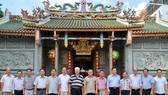 市民族處新主任黃文鴻玉(右七)和陪同團與義安會館理事 會合照留念。