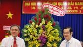 市民族處主任黃文鴻玉 (左)向吳清華理事長祝賀大 會成功舉辦。