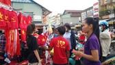 年輕人紛紛上街選購各種球迷用品為國家球隊加油打氣。