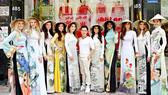 Thí sinh Hoa hậu Hòa bình Quốc tế 2017 hào hứng thử áo dài
