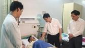 Ông Đặng Việt Dũng (thứ 2 từ phải sang) thăm du khách bị ngộ độc thực phẩm. Ảnh: NGUYÊN KHÔI