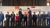 Chủ tịch UBND TP Đà Nẵng Huỳnh Đức Thơ và và ông Douglas Foo, Chủ tịch Liên đoàn sản xuất Singapore (SMF) kiêm Chủ tịch Hội đồng quản trị Công ty Sakae Corporate Advisory ký kết hợp tác