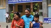 Người cha đón con gái dự thi THPT quốc gia tại điểm thi Trường THCS Trần Hưng Đạo (Đà Nẵng)