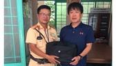 Đại úy Nguyễn Phan Ngọc Tiến trả lại tài sản cho người đánh rơi