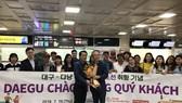 Ông Han Man Soo - Cục trưởng Cục du lịch - Văn hóa - Thể thao Deagu tặng hoa đón đoàn khách đầu tiên từ Đà Nẵng sang Deagu