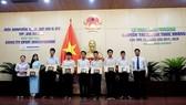 Các em học sinh đoạt giải thưởng khuyến tài Huỳnh Thúc Kháng năm học 2017-2018